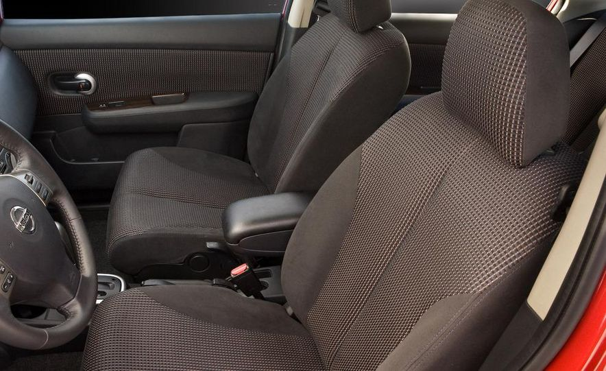 2010 Nissan Versa 1.8 SL hatchback - Slide 24