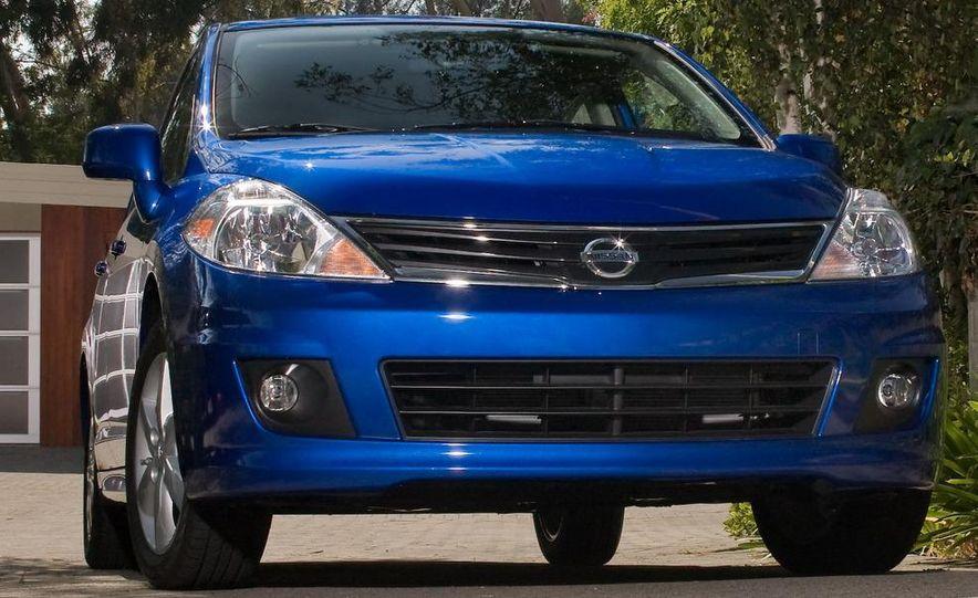 2010 Nissan Versa 1.8 SL hatchback - Slide 1