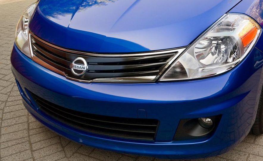 2010 Nissan Versa 1.8 SL hatchback - Slide 3