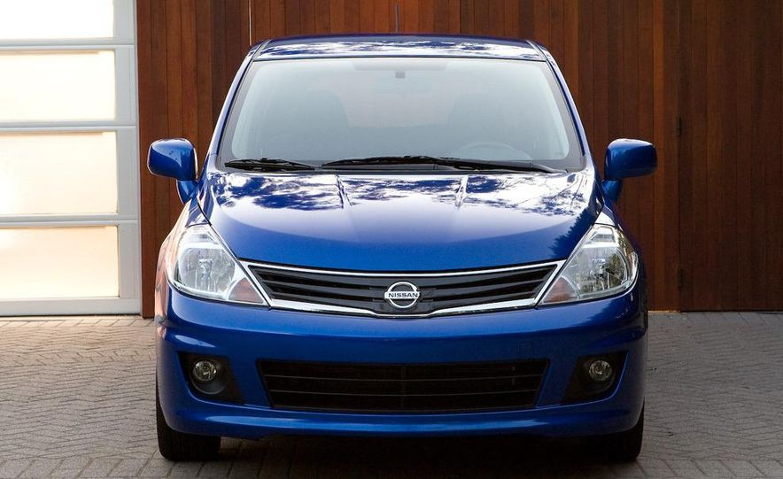 2010 Nissan Versa 1.8 SL hatchback - Slide 7