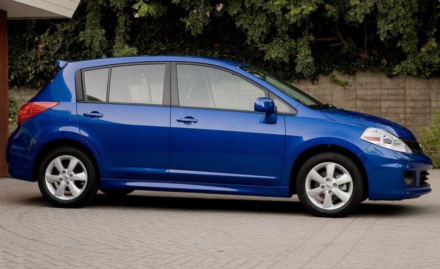 2010 Nissan Versa 1.8 SL hatchback - Slide 9