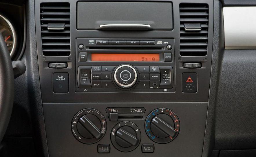 2010 Nissan Versa 1.8 SL hatchback - Slide 23