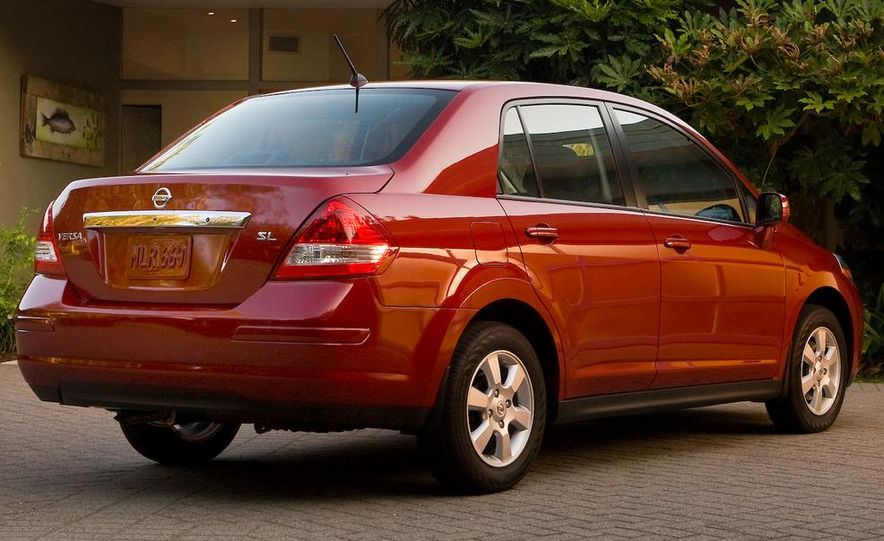 2010 Nissan Versa 1.8 SL hatchback - Slide 14