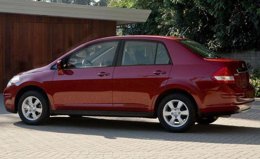 2010 Nissan Versa 1.8 SL hatchback - Slide 15