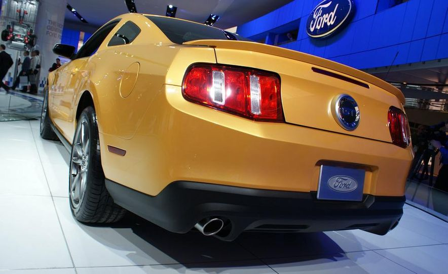 2011 Ford Mustang V-6 grille - Slide 12