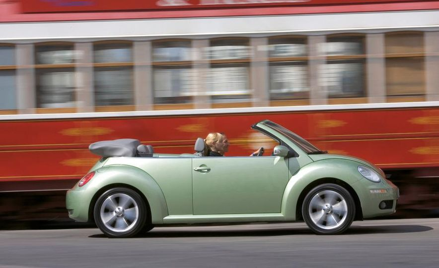 2010 Volkswagen New Beetle Final Edition coupe - Slide 24