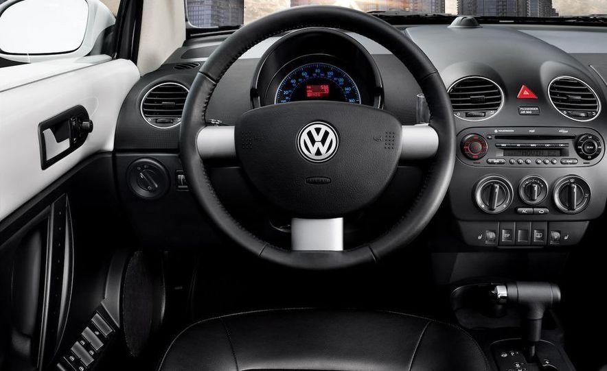2010 Volkswagen New Beetle Final Edition coupe - Slide 5