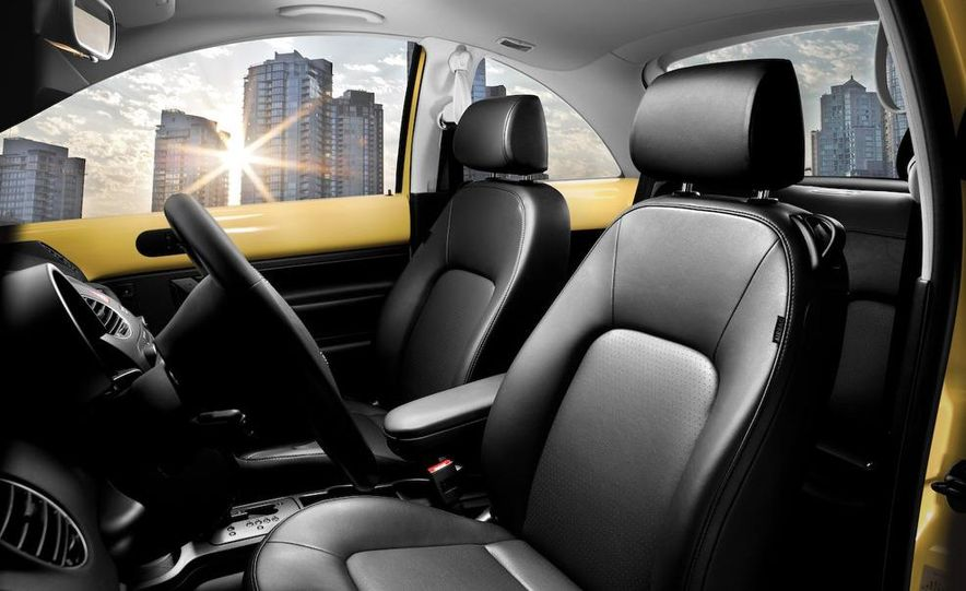 2010 Volkswagen New Beetle Final Edition coupe - Slide 4