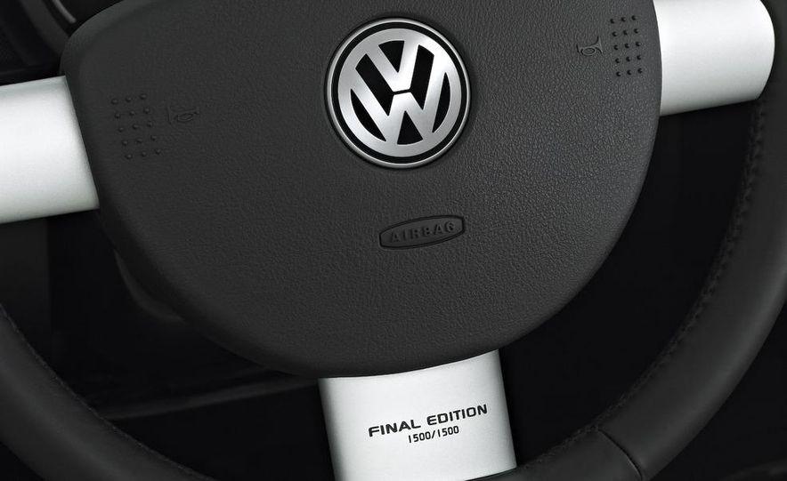 2010 Volkswagen New Beetle Final Edition coupe - Slide 3