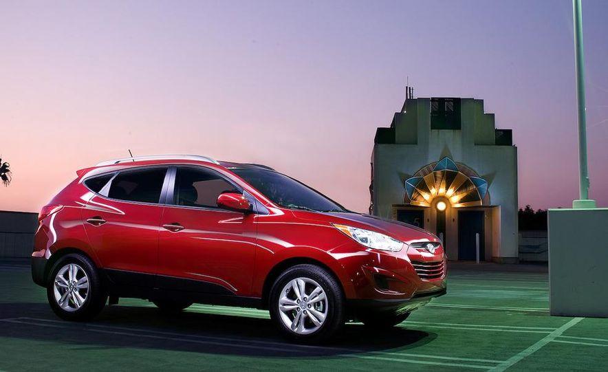 2010 Hyundai Tucson audio, climate controls, and navigation display - Slide 13