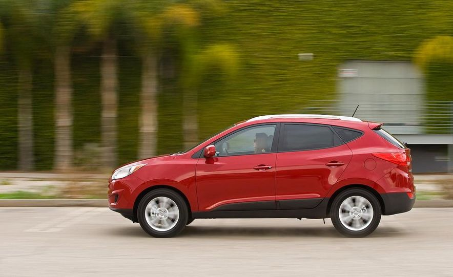 2010 Hyundai Tucson audio, climate controls, and navigation display - Slide 29