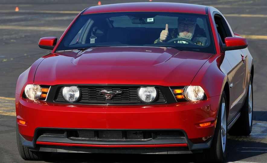 2011 Ford Mustang GT 5.0 coupe - Slide 2