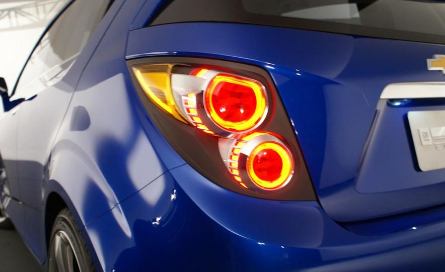 2012 Chevrolet Aveo 5-door - Slide 12