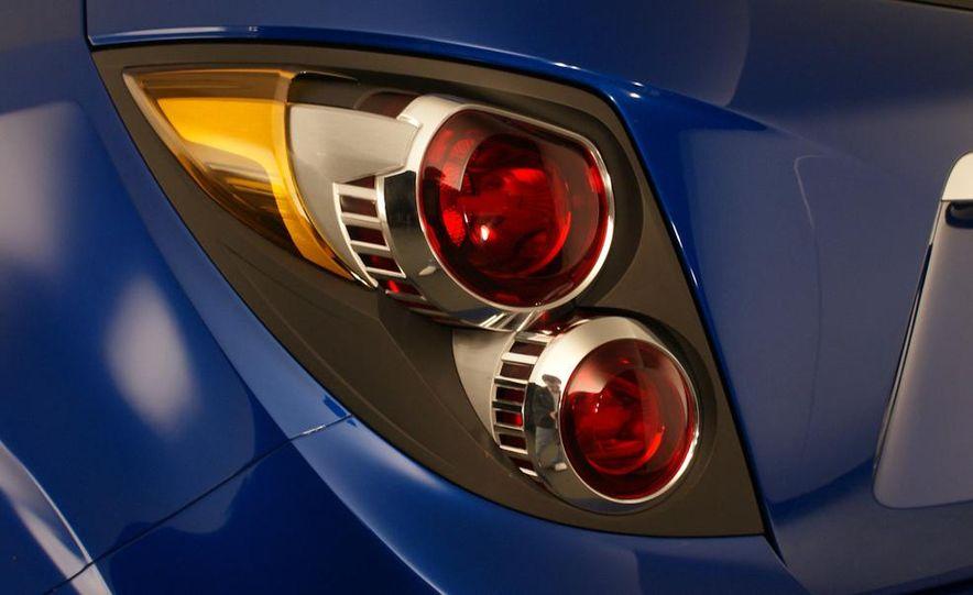 2012 Chevrolet Aveo 5-door - Slide 19