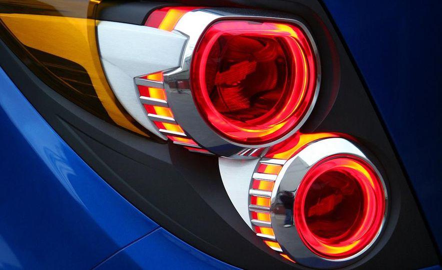 2012 Chevrolet Aveo 5-door - Slide 33