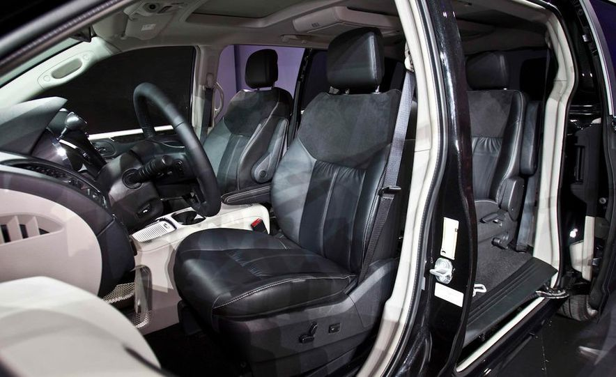2011 Chrysler Town & Country - Slide 10