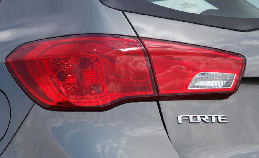 2011 Kia Forte SX 5-door - Slide 9
