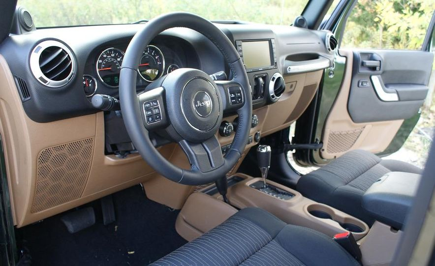 2011 Jeep Wrangler Unlimited Sahara - Slide 19
