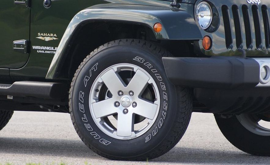 2011 Jeep Wrangler Unlimited Sahara - Slide 9