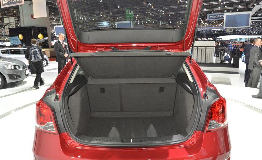 2012 Chevrolet Cruze hatchback - Slide 14