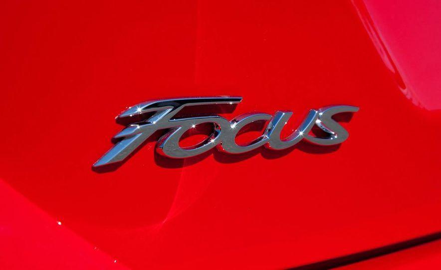 2012 Ford Focus SE hatchback - Slide 15