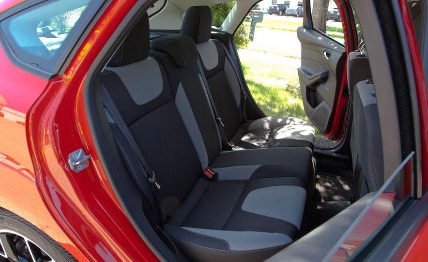 2012 Ford Focus SE hatchback - Slide 18