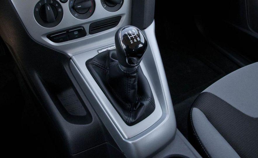 2012 Ford Focus SE hatchback - Slide 21
