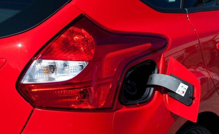 2012 Ford Focus SE hatchback - Slide 16