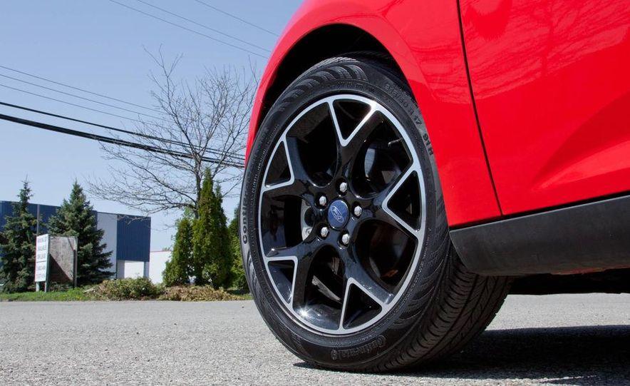 2012 Ford Focus SE hatchback - Slide 14