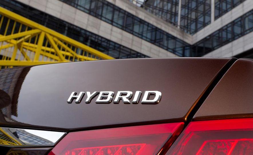 2013 Mercedes-Benz E400 Hybrid - Slide 10
