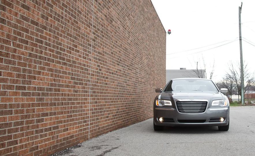 2012 Chrysler 300C - Slide 27