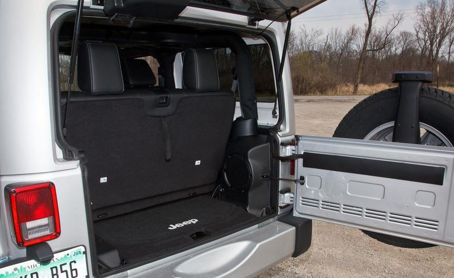 2012 Jeep Wrangler Sahara - Slide 17