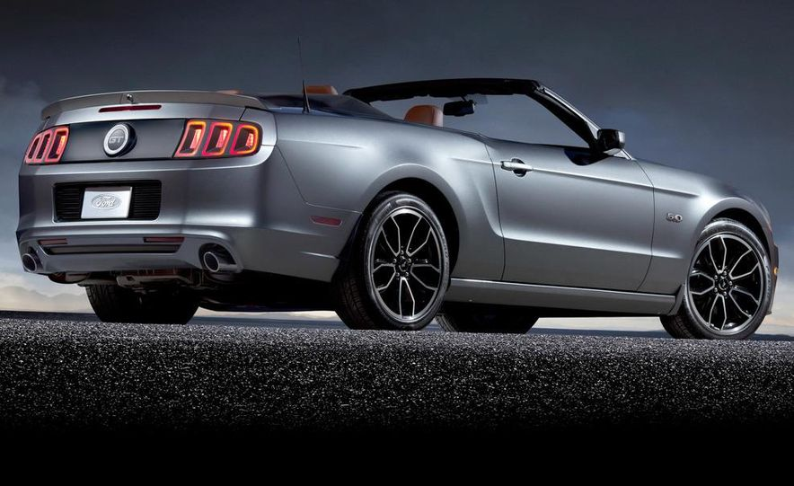 2013 Ford Mustang GT convertible - Slide 9