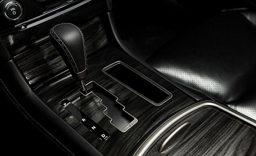 2013 Chrysler 300C John Varvatos Limited Edition - Slide 16