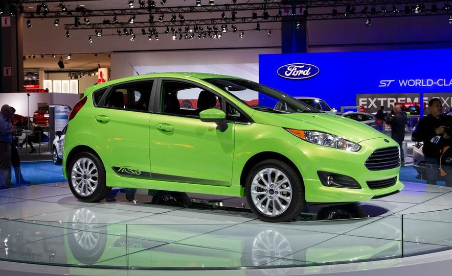 2014 Ford Fiesta SE hatchback - Slide 1
