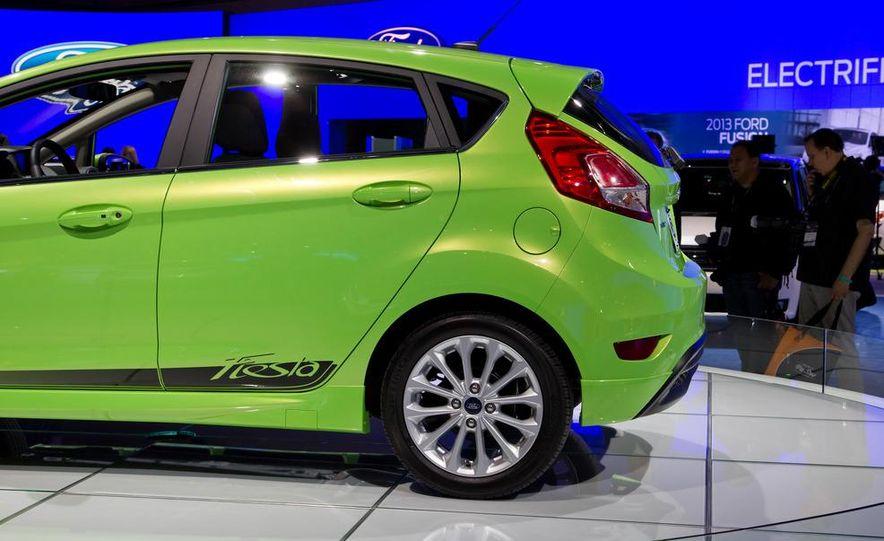 2014 Ford Fiesta SE hatchback - Slide 14