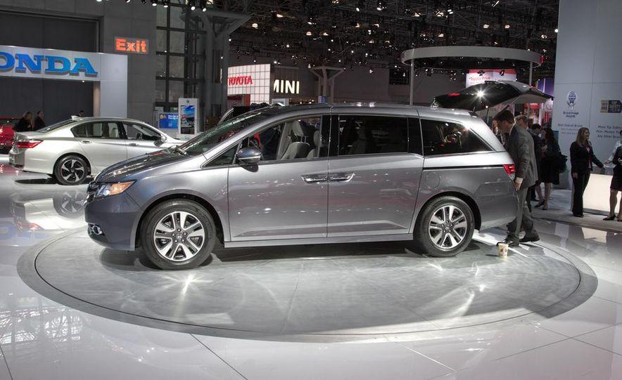 2014 Honda Odyssey Touring Elite - Slide 3