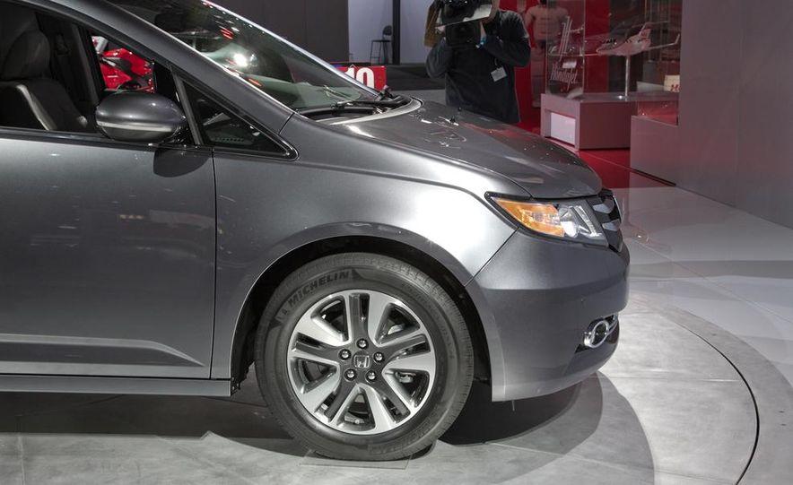 2014 Honda Odyssey Touring Elite - Slide 11