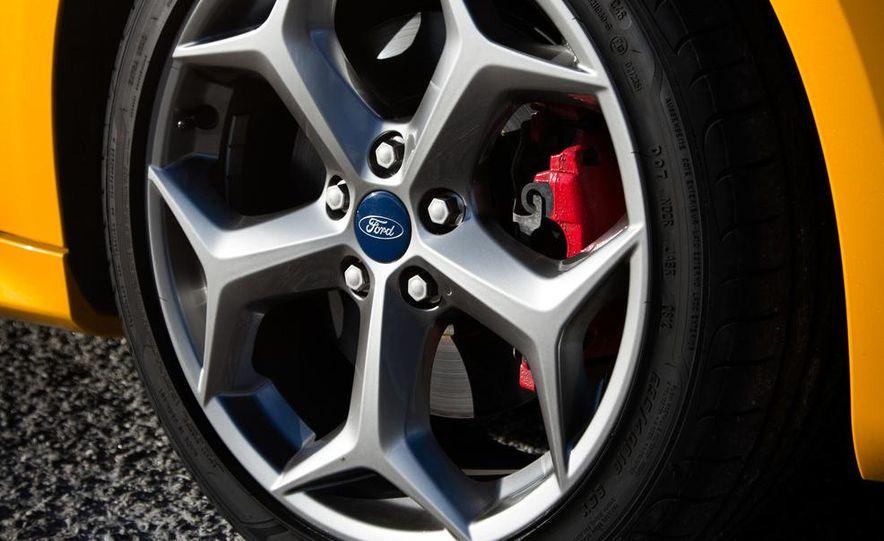 2015 Volkswagen GTI 5-door and 2013 Ford Focus ST (Euro-spec) - Slide 37