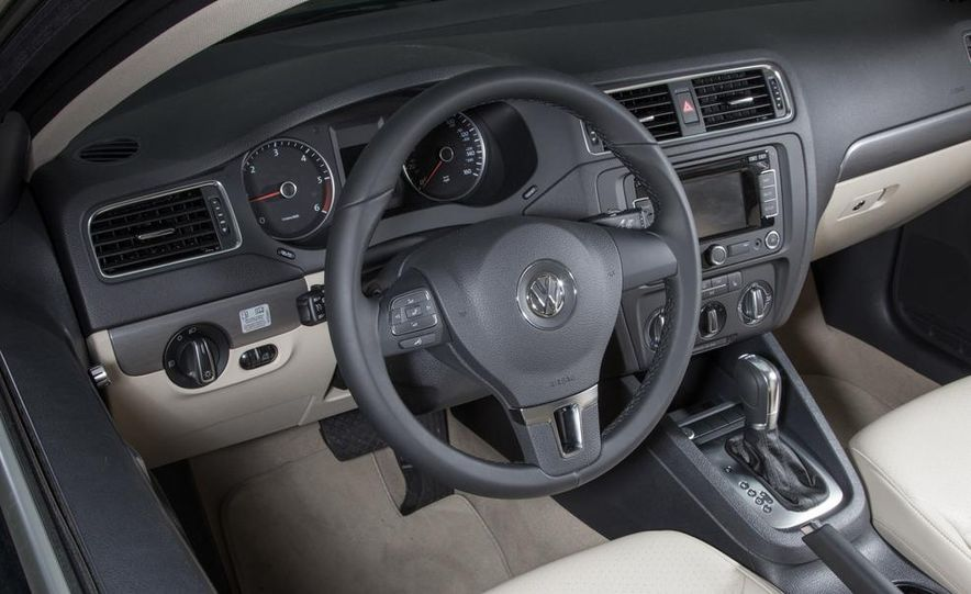 2013 Volkswagen Jetta TDI and 2014 Chevrolet Cruze 2.0TD - Slide 13