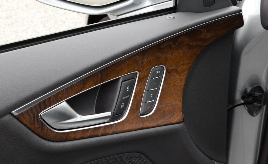 2011 Ford Explorer XLT 4WD infotainment display - Slide 6