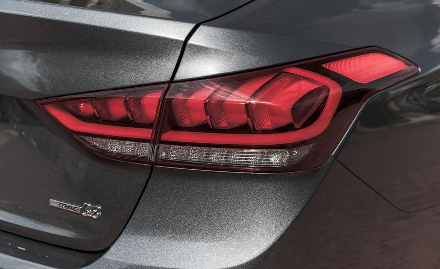 2015 Hyundai Genesis 3.8 HTRAC sedan - Slide 22