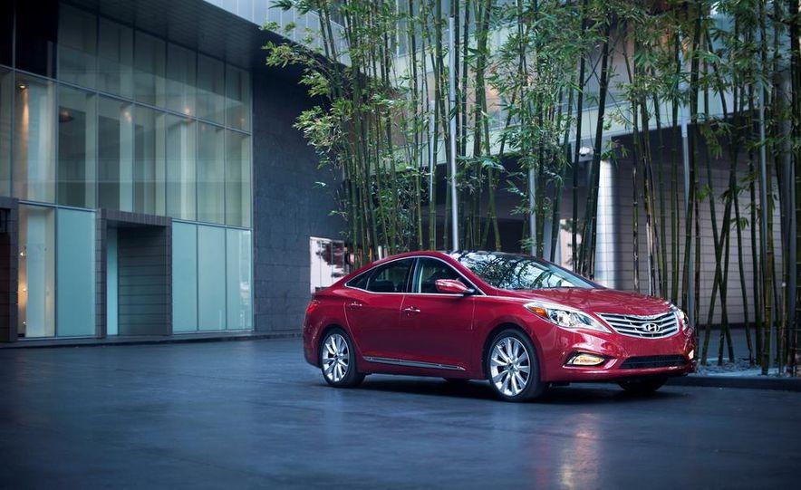 2014 Hyundai Accent hatchback and 2014 Hyundai Accent sedan models shown - Slide 7