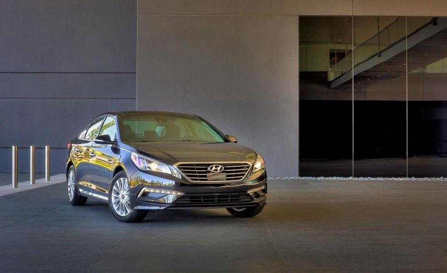 2014 Hyundai Accent hatchback and 2014 Hyundai Accent sedan models shown - Slide 40