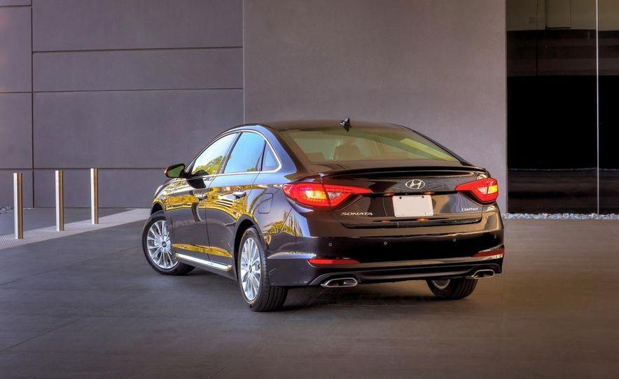 2014 Hyundai Accent hatchback and 2014 Hyundai Accent sedan models shown - Slide 41