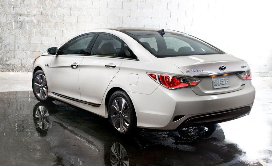 2014 Hyundai Accent hatchback and 2014 Hyundai Accent sedan models shown - Slide 51