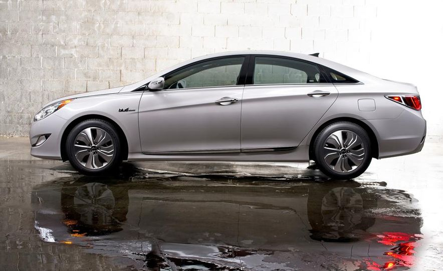 2014 Hyundai Accent hatchback and 2014 Hyundai Accent sedan models shown - Slide 52