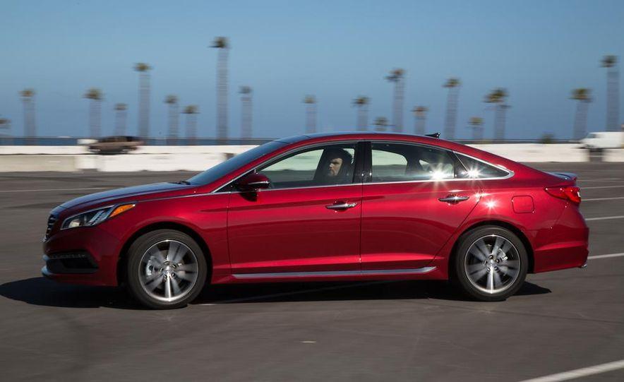 2014 Hyundai Accent hatchback and 2014 Hyundai Accent sedan models shown - Slide 47