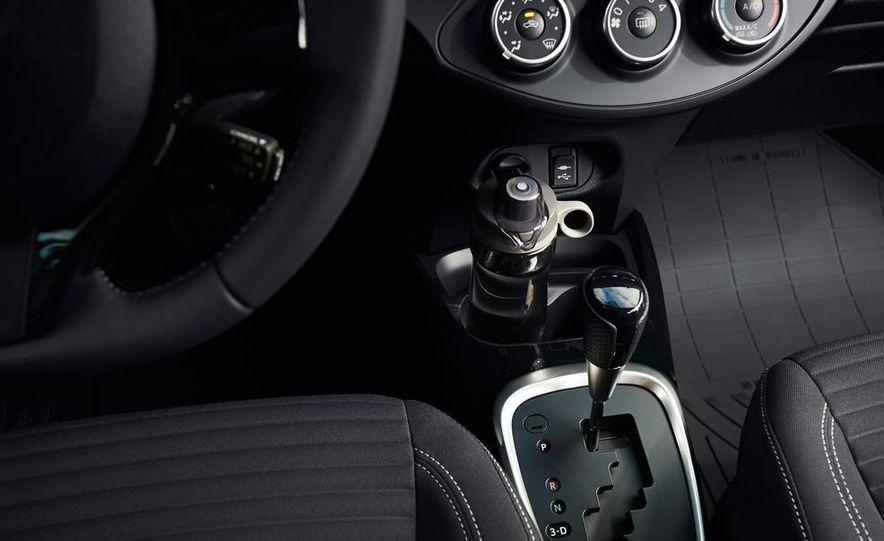 2015 Toyota Yaris - Slide 7