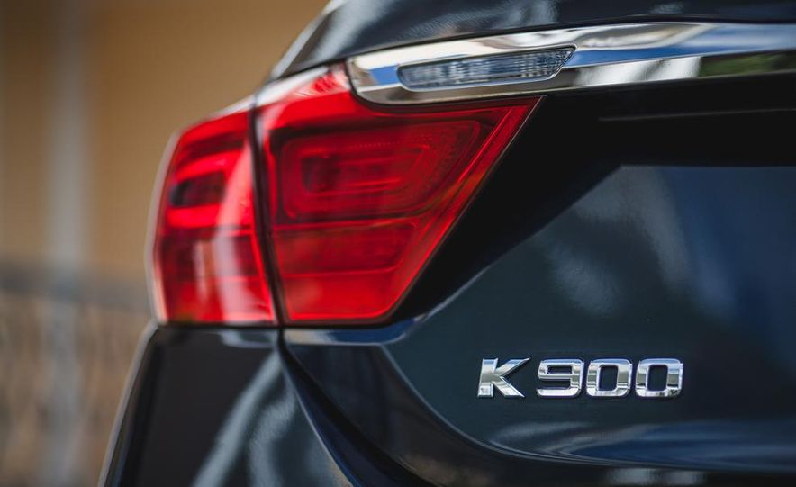 2015 Kia K900 VIP - Slide 13